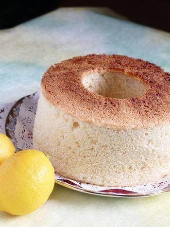 なんと、「無水鍋(R)」を使って、シフォンケーキまで作ることができます!蓋や本体は底だけでなく側面も高温になります。熱伝導の良さを利用して、無水鍋の中にケーキ型を入れて、オーブン感覚で使うという方法も。一体どこまで万能なのか...。感嘆してしまいますね。