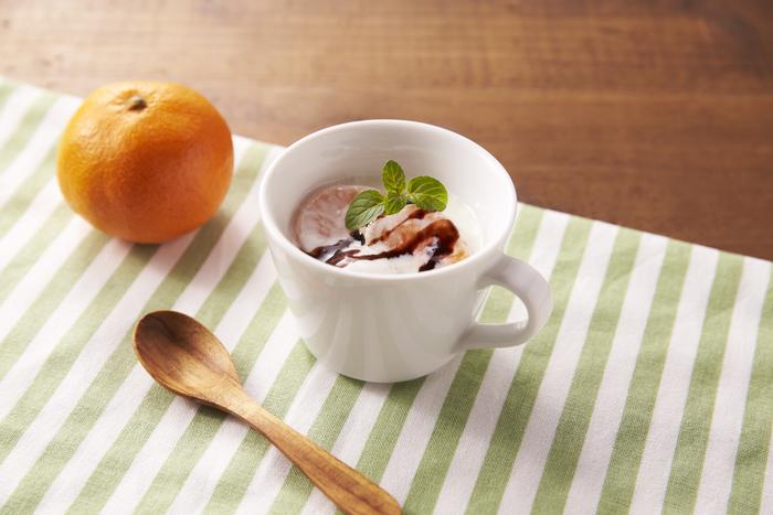濃厚なチョコレートソースと、すっきりしたみかんの酸味が相性抜群! コタツでみかんも良いけれど、今年の冬はぜひヨーグルトと合わせてみて。  【材料】 明治ブルガリアヨーグルトLB81プレーン 100g みかん(中) 1/2個 チョコレートソース 少々(5g) ミント 1枝  【作り方】 ①みかんの皮をむく。 ②みかんを房にほぐしてヨーグルトに入れる。 ③チョコレートソースをかけてミントを飾る。
