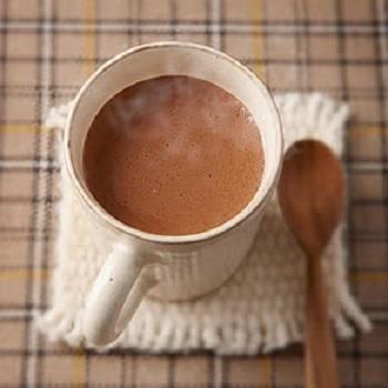 ココアとヨーグルトを合わせるととってもまろやかな口当たりに。  【材料】 明治コクがおいしいミルクココア 25g 明治ブルガリアヨーグルトLB81プレーン 90g 熱湯 90ml  【作り方】 ①ヨーグルトは耐熱のボウルに入れ、よくかき混ぜて600wの電子レンジで約20秒加熱し、温める。 ②マグカップにココアと1を入れて混ぜる。 ③②に熱湯を注ぎ、混ぜる。