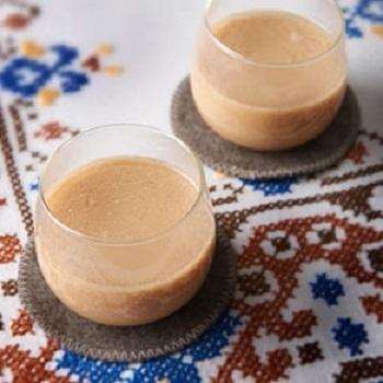 チャイのような風味が楽しめるヨーグルトジンジャー。「ちょっと寒いな…」と感じる時などにもおススメです!   【材料】 紅茶 120ml 明治ブルガリアヨーグルトLB81プレーン 40g おろし生姜 2g はちみつ大さじ1  【作り方】 ①マグカップに紅茶、ヨーグルト、おろし生姜を入れて混ぜる。 ②600Wの電子レンジで30秒から40秒程度加熱する。