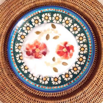 水彩画で描かれたような柔らかく、鮮やかなお花が舞うヨーグルトアート。器との統一感も絶妙です!