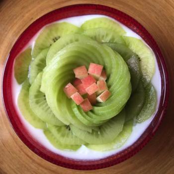 キウイを花びらに見立てた繊細で美しいアート。色々なフルーツで試してみたくなりますね。