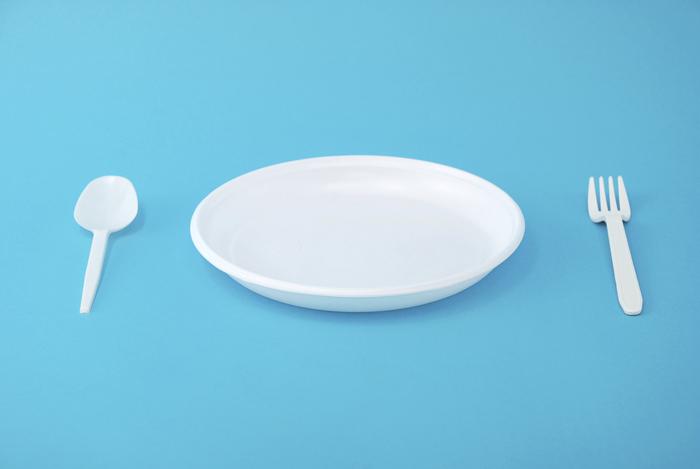 ヨーグルトアートを作る前に、基本的なコツを知っておきましょう♪  ①浅いお皿を使う ヨーグルトアートには、深さ1~3cmほどのお皿がベスト。フルーツやソースが沈みにくくなります。  ②カラフルヨーグルトを作る フルーツソースやチョコソースをヨーグルトに混ぜると、きれいな淡い色のできあがり。  ③フルーツは薄切りに フルーツは1mm程度にスライスするとヨーグルトに浮かびやすくなって◎。  ④線や文字はチャック付きの子袋で チャック付きの小袋(6×8cm程度)の角を切り落とすと絞り出し袋に変身! 細かいアートに対応できます。