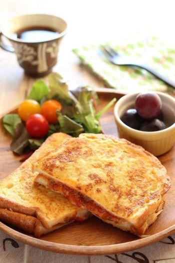ミートソースをサンドした食パンを卵液に浸して焼いた、甘くないフレンチトーストです。休日のランチに良さそうです♪
