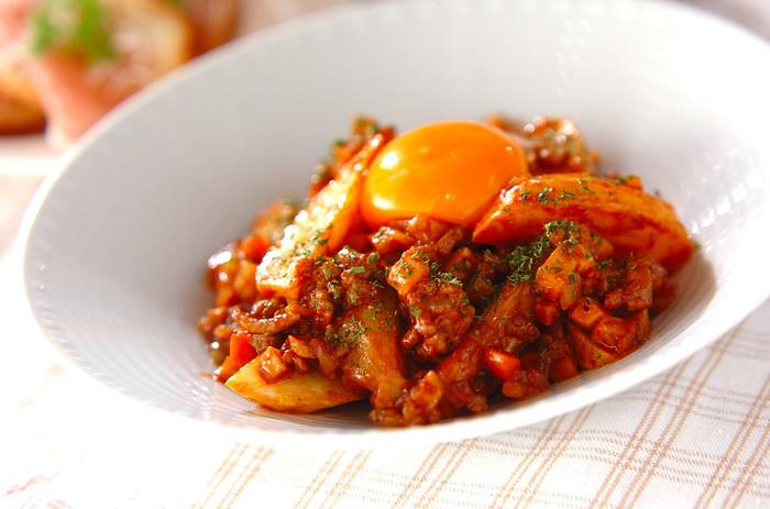ざっくりと切ったポテトを揚げて、ミートソースと和えるシンプルながら食べ応え満足のレシピ。作り置きのミートソースを使えばジャガイモを揚げるだけで済んじゃいますね!