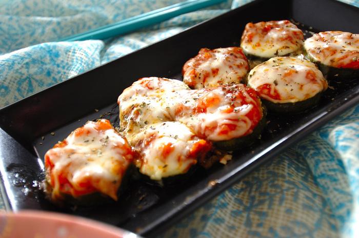 輪切りにしたズッキーニをベースに、ミートソースとピザ用チーズを載せて焼いたアイデアレシピ。一口サイズなのでパーティーのおつまみにぴったりです。