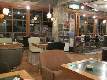 広々とした店内はセンスの良さが随所に見られます。イスorソファ席などお好きな席で美味しい食事を楽しんでください。