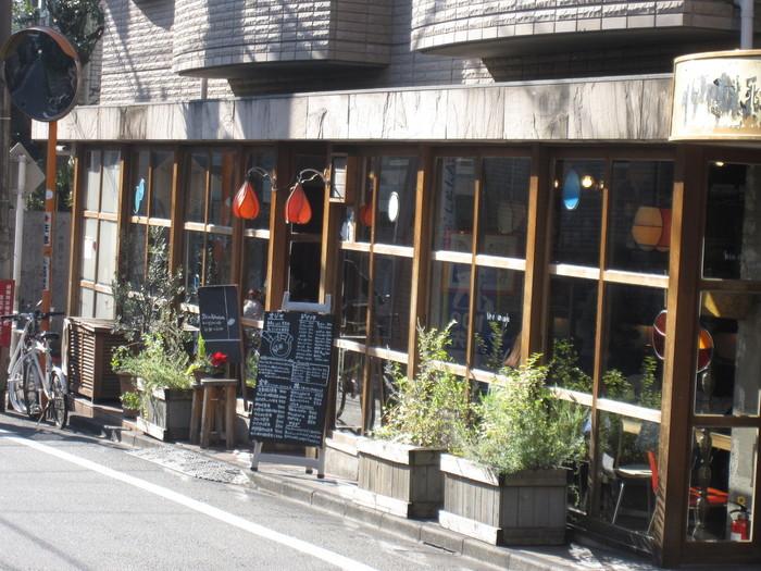 井の頭線の西口徒歩1分と駅からも近いオシャレなカフェ。写真や絵のアーティストの方はこのカフェの店内に無料で飾らさせてもらえるようなので作品を見てもらいたい方は是非聞いてみてください♪