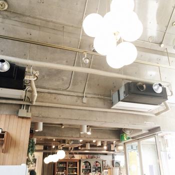 無機質ななうちっぱなしのコンクリートに、シンプルな電飾やインテリアがマッチしてオシャレで洗練された空間。天井が高く、開放感も気持ちよいです。