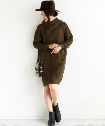 ローゲージのシンプルなアゼ編みワンピは、ゆったりシルエットでリラックス感たっぷり。今年らしいカーキは、意外と使い回しが効きますよ。シンプルデザインを1枚で着る際は、ハットやブーツ、バッグで楽しんで♪