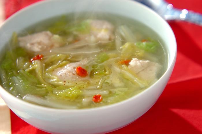 白菜の軸を先に入れて、時間差で火が通りやすい葉を入れましょう。鶏団子のうまみもたっぷり味わえるスープです。
