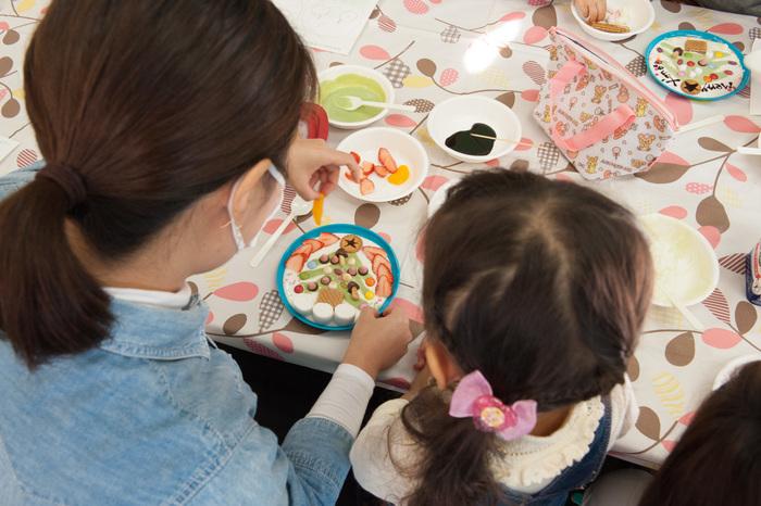 簡単なヨーグルトアートは、子どもと一緒に楽しむフードアートとしてもぴったり! 素材そのものの色や形を活かしたり、切ったり砕いたりしてパーツ作りをしているうちに、子どもの想像力が育てらそうですよね。また、作った物を無駄にしないことの大切さを、楽しみながら教えることができます。もし失敗した場所はすくって食べてしまえば簡単に修正できるから、ママも子どもも最後まで楽しく作ることができますね♪