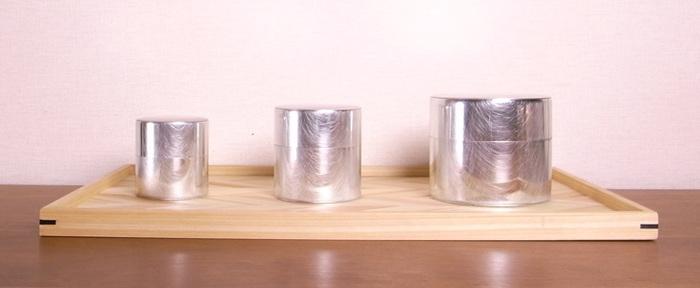 一番右の丸缶(大)サイズで茶葉約330g、珈琲豆200g入ります。