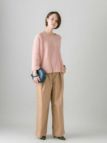 愛らしいピンクのVネックニットは、デコルテの開きと袖丈のバランスがレディな雰囲気に。ワイドシルエットのチノトラウザーで抜け感をプラスして。