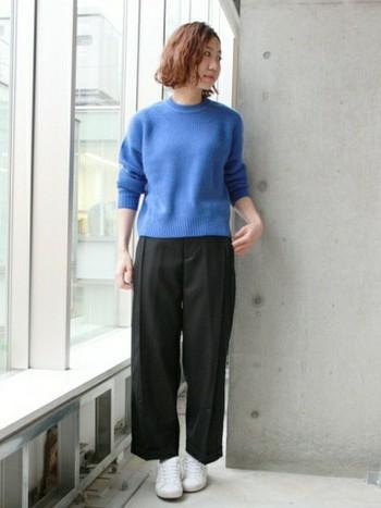 どこまでも続く青空のようなブルー。立体的に見えるようにデザインされた編み地がポイントの1枚。ベーシックなデイリーウェアとして着こなして。
