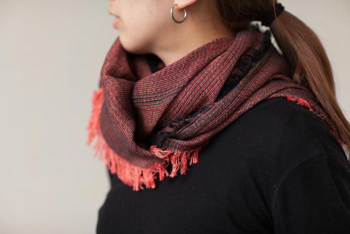 やさしい色合いは通常の糸では出せないあたたかさが感じられます。また、1本の糸から織られたスカーフとは違う、独特のなめらかな質感が楽しめます。