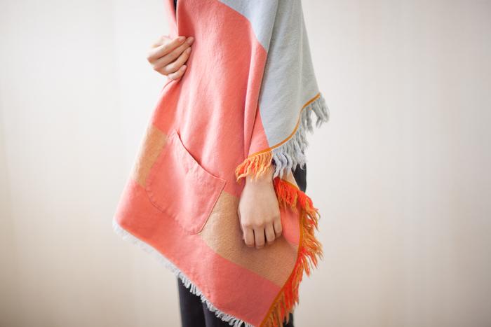 ひざ掛けでも羽織でもOK。羽織る時には、ちょうどいいところに便利なポケットがついています。もっと寒いときにはストール代わりにも使えるという優れもの。