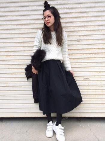 白×黒のスタイル。スニーカーにも白を持ってきているのがポイント。