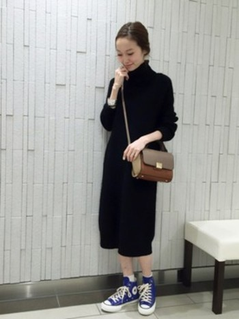 黒×黒のオールブラックコーデ。 重くなりすぎないように、手首、足元を露出させるのがポイントです。