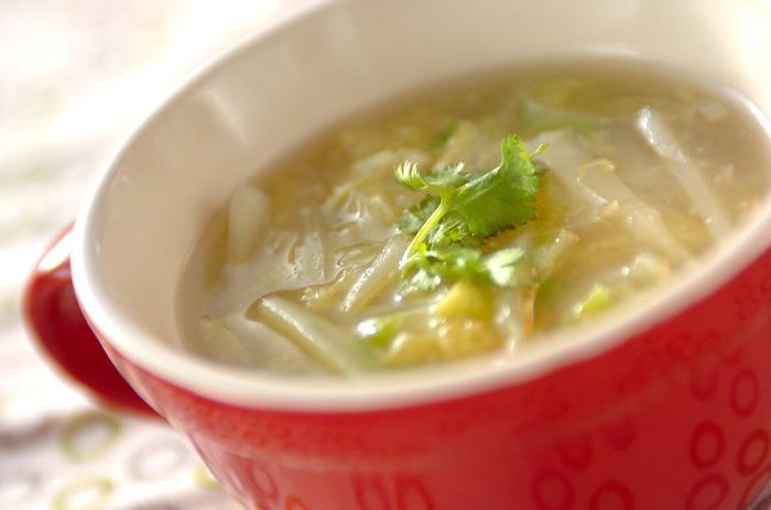 白菜を細切りにして、いつもと違う食感を楽しんで。ショウガの効果で体の芯から温まるスープです。
