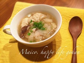 餃子と野菜のうまみたっぷりのスープに柚子胡椒でアクセントを。簡単ですぐできるので、ちょっとお腹が空いたときや夜食にいかが?
