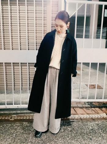 一見クールなコーデですが、コートを脱げば優しい印象に。屋外と室内で印象が変わるのも面白いですね。