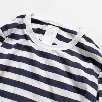 マイヨのアイテムの襟部分には、長いタグと四角いステッチが付いており「丈夫で長く着られる。洗濯を繰り返してタグがなくなっても、ずっと着ていたいと思うアイテム。」そんな思いが込められています。
