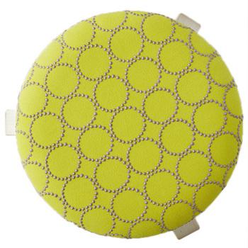 ひとつひとつのドットの大きさが、実は微妙に異なるのも趣深いです。使い始めは表面と刺繍のシンプルな2色ですが、時を刻みながら、輪の内側や外側の色合いが変わってゆきます。