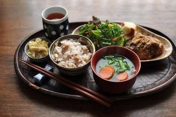 ブリの味噌煮が主菜の献立。フレッシュな季節の野菜と天ぷらも添えられています。