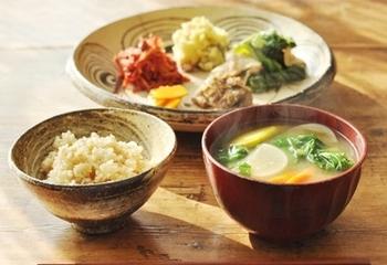 サンマの胡麻よごしと豚肉の炒め物がメイン。人参のラぺやきんとんも添えて甘みや酸味のバランスも良く。