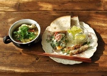 汁ものはカレー風味のスープです。肉巻き野菜にサラダ、フルーツの白和えと洋風の献立でも「一汁三菜」の基本は同じですね。