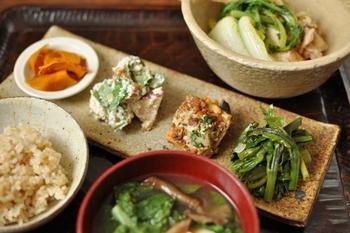 厚揚げと豚肉の煮物がほっこりする献立。白和えやアンチョビガーリック炒めなどを組み合わせて、和洋を問わない献立です。