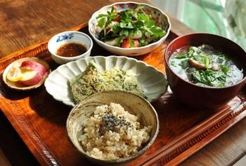 チヂミがメインの献立は香菜のスープで韓国風に。サラダにはなんと「梨」が入っています。