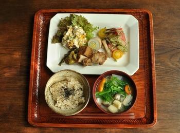 鶏肉のすっぱ煮がメインの献立は、食感の違うサラダを2品添えて。具だくさんのお味噌汁が食べ応えありそうですね。