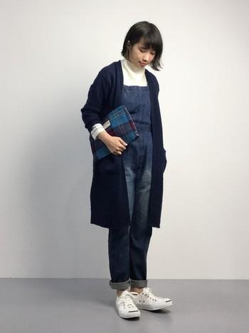 タートルネック+ロングカーデで冬のあったかコーデに。 シンプルな色使いと裾をロールアップすることで、大人らしい 着こなしになっています。