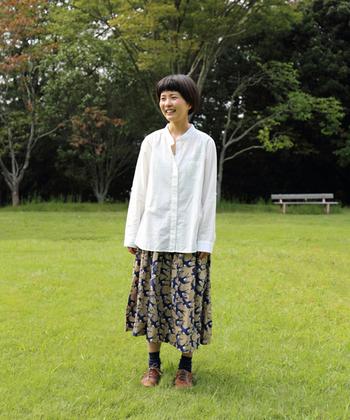 シンプルなシャツは着心地が一番分かる一着。わずかにリネン素材を含んだコットン生地は、軽やかさとハリ感が楽しめます。