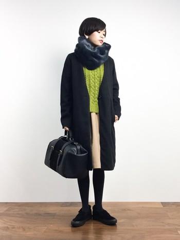 冬らしいこっくりとしたグリーンのケーブルニット。レディライクになりがちなタックギャザースカートも黒の小物とコートで甘さを抑えたトラッドなスタイル。