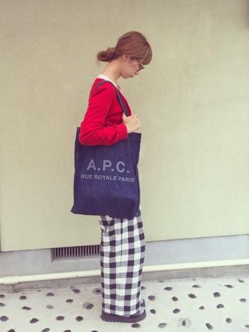 パリッとした赤のカーディガンは、ギンガムチェックのワイドパンツでこなれ感のあるカジュアルな着こなしに。