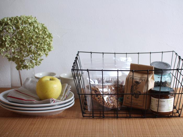 マルチに使える大きめLサイズ。野菜やフルーツ、調味料のストックなど、キッチン周りのものから、衣類やクロスなど布もの、子どものおもちゃのようなごちゃごちゃしがちなものまで、使い方はあなた次第。