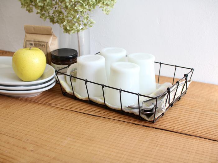 デスクバスケットは、浅めな形がポイント。Sサイズは、普段使いのカップなどを収納するのにぴったり。ダイニングテーブルの上にそのまま置いてもいいですよね。浅さをいかして、シェルフや引き出し内の整頓に使うなんていうこともできます。
