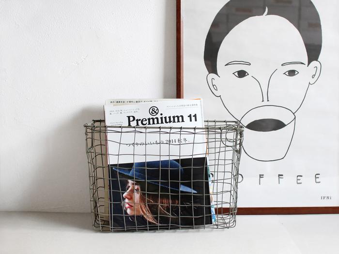 その名のとおり、雑誌を収納できるマガジンバスケット。幅細のつくりでちょっとした隙間にも収まってくれてます。高さがあるので、ワインといったビン類をまとめても。