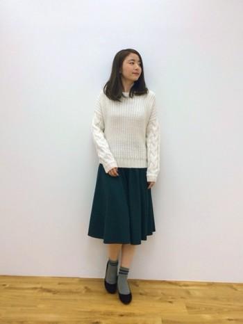 ガーリーになりがちなスカートも、モスグリーンなら落ち着いた印象になります。白やグレーとの相性も◎