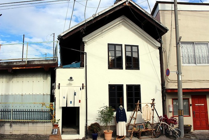 古い町並みが残る群馬県高崎市の一角に、ヨーロッパのビンテージ古着や日本の古い布で作ったオリジナル服などを扱う「佐々木洋品店」があります。
