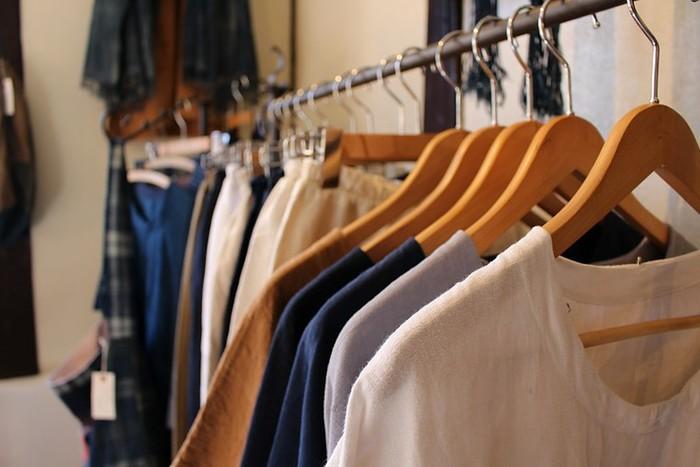 古い蔵にしっくりなじむ、佐々木洋品店の味わい深い古着たち。リメイクしたり修復したりして生まれ変わったヴィンテージの洋服たちは、どこか懐かしいのにとても新鮮です。たくさんあるアイテムの中から、自分だけのとっておきの逸品を見つけに、是非訪れてみてはいかがでしょうか?