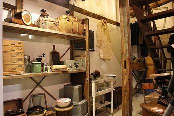 店舗となっている蔵はなんと100年ほど前に建てられたもの。約20坪の店内には、オリジナルブランド「佐々木印」の服や、ヨーロッパの古着、ミシンやタイプライターといった小道具たちが所狭しと並んでいます。