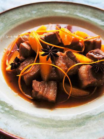 マーマレードを使った豚肉の角煮です。オレンジの果肉と皮のトッピングも美しいですね。こちらは豚肉の脂肪を70%ほどカットできるヘルシーなレシピなのも嬉しい!