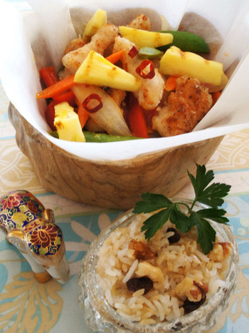 中華の酢豚にパイナップルを入れるのとはまた一味違う!エスニック風、かつ使うのは鶏むね肉です。パイナップルで酸味の効いたアジアン料理の出来上がりです。