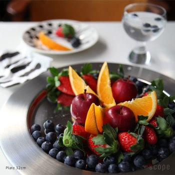 シルバー系のお皿は光を反射し料理を美しく照らす効果があると言われています。とってもスタイリッシュに見えますね。果物などを盛ると高級感も出ます。キャンドルを灯した食卓では高級感が出て、まるでホテルの食事の様に。