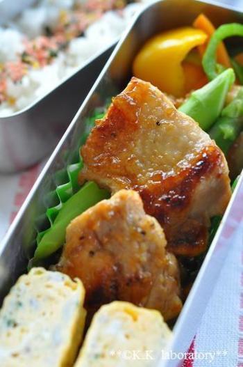 鶏もも肉をうめジャムで照り焼きにすれば、甘酸っぱさがくせになるお弁当のメインにぴったりのおかずです。