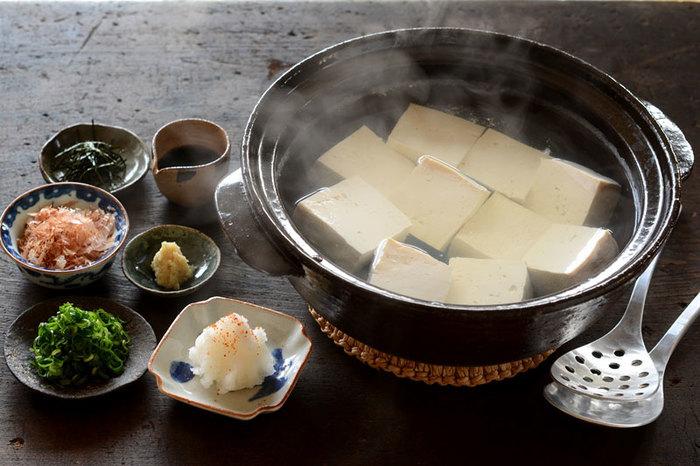 お豆腐を楽しむための湯豆腐レシピ。鰹と土佐醤油のたれと、刻みネギや海苔、大根おろしにしょうがなどいろんな薬味を用意することがポイントです。シンプルな美味しさで、カラダの芯からぽかぽかしてくるお鍋です。